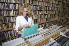 Compras de la mujer en Music Store Imagen de archivo libre de regalías