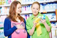 Compras de la mujer joven durante embarazo Foto de archivo libre de regalías