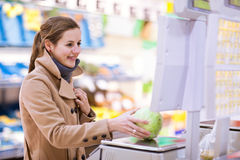 Compras de la mujer joven para las frutas y verdura fotos de archivo