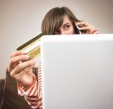 Compras de la mujer joven vía el teléfono Imagen de archivo