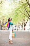 Compras de la mujer negra Fotos de archivo libres de regalías