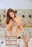 Compras de la mujer para la joyería en tienda Imagenes de archivo