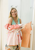 Compras de la mujer para la ropa Foto de archivo