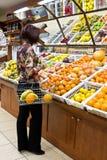 Compras de la mujer para las frutas Fotografía de archivo libre de regalías
