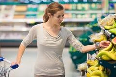 compras de la mujer para las frutas y verduras Foto de archivo
