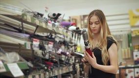 Compras de la mujer para las herramientas del peluquero almacen de metraje de vídeo