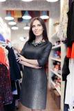 Compras de la mujer que llevan el vestido casual de los azules marinos Foto de archivo libre de regalías