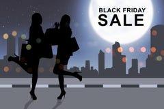 Compras de la mujer de la silueta con la bolsa de papel en Black Friday Fotografía de archivo libre de regalías