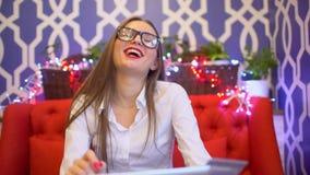 Compras de la mujer usando la PC de la tableta y la tarjeta de crédito Comunicación vía el app para la compra en tienda Mujer que metrajes