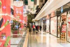 Compras de la Navidad de la gente en alameda Imagenes de archivo