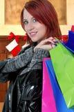 Compras de la Navidad de la mujer para los regalos fotografía de archivo