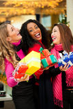 Compras de la Navidad de los amigos con los presentes en alameda Foto de archivo libre de regalías