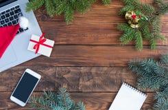 Compras de la Navidad en concepto del web con el fondo estacional de madera de los artículos Imágenes de archivo libres de regalías