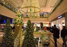 Compras de la Navidad en la alameda Imagen de archivo libre de regalías