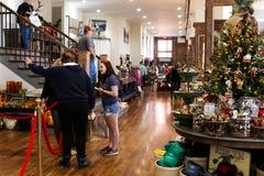 Compras de la Navidad - en tienda mercantil del boutique de la mujer pionera en la pequeña ciudad Pawhuska el condado de Osage Ok foto de archivo