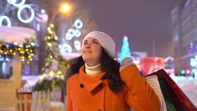 Compras de la Navidad, idea para su diseño Navidad Compradores de última hora Defocused de la Navidad Mujer que disfruta del merc almacen de metraje de vídeo