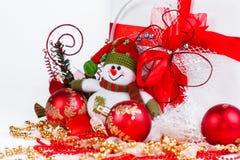 Compras de la Navidad, muñeco de nieve y decoraciones de la Navidad en un blanco Foto de archivo