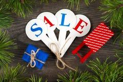 Compras de la venta de la Navidad Trineo rojo por completo de las cajas de regalo imagen de archivo libre de regalías