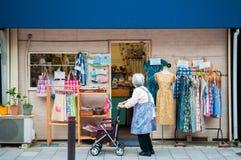 Compras de la ventana de la mujer mayor en Shinagawa - Tokio - Japón Fotografía de archivo