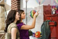 Compras de la ventana de las mujeres jovenes Fotografía de archivo libre de regalías