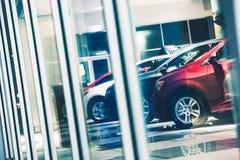 Compras de la ventana del concesionario de coches Fotos de archivo