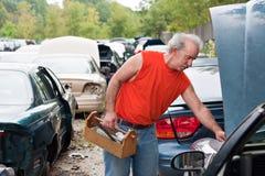 Compras de la yarda de desperdicios del mecánico del patio trasero Foto de archivo