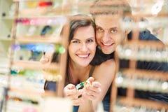 Compras de los pares en la joyería Fotografía de archivo libre de regalías