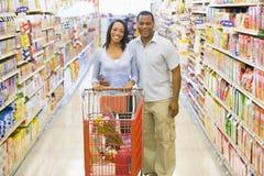Compras de los pares en supermercado Imagen de archivo libre de regalías