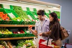Compras de los pares en un supermercado Fotos de archivo