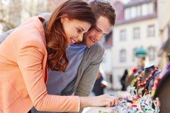 Compras de los pares para la joyería afuera Imágenes de archivo libres de regalías