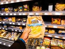 Compras de Rana Tagliatelle en supermercado Fotografía de archivo libre de regalías