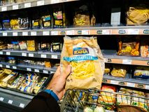 Compras de Rana Tagliatelle en supermercado Fotos de archivo