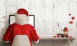 Compras de Santa Claus en el ordenador Tiempo de la venta de la Navidad Espacio libre para el texto Imágenes de archivo libres de regalías