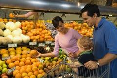Compras de tienda de comestibles de la familia. Fotografía de archivo libre de regalías