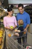 Compras de tienda de comestibles de la familia. Imagen de archivo libre de regalías