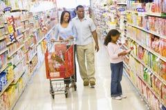 Compras de tienda de comestibles de la familia Imagen de archivo