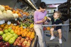 Compras de tienda de comestibles de la madre Foto de archivo