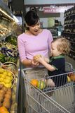 Compras de tienda de comestibles de la madre con el niño. Fotografía de archivo