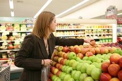 Compras de tienda de comestibles de la mujer Fotos de archivo libres de regalías