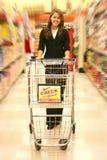 Compras de tienda de comestibles de la mujer Imagen de archivo libre de regalías