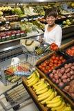 Compras de tienda de comestibles de la mujer. imagenes de archivo