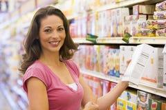 Compras de tienda de comestibles de la mujer fotografía de archivo libre de regalías