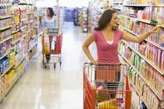 Compras de tienda de comestibles de las mujeres fotografía de archivo libre de regalías