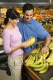 Compras de tienda de comestibles de los pares. Foto de archivo libre de regalías