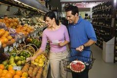 Compras de tienda de comestibles de los pares.