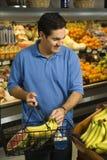 Compras de tienda de comestibles del hombre. Foto de archivo libre de regalías
