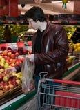 Compras de tienda de comestibles del hombre imágenes de archivo libres de regalías
