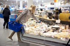 Compras de tiendas de comestibles Fotos de archivo libres de regalías