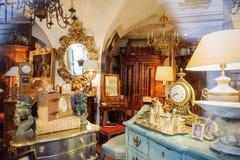 Compras de ventana de la tienda de las antigüedades vistas de la calle Imagenes de archivo