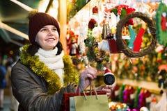 Compras del adolescente en la feria festiva antes de Navidad Fotografía de archivo libre de regalías